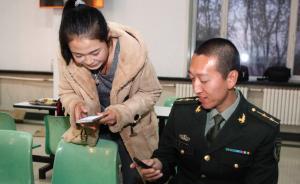 一名女青年替自己的好姐们向解放军战士一位索要联系方式。  CFP 图