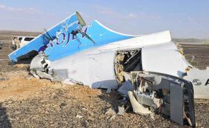 当地时间2015年10月31日,位于埃及西奈半岛沙漠中的俄罗斯失事客机残骸,从画面中可以看到,客机尾部断裂,尾翼折断。  东方IC 图