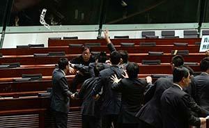 """香港反对派议员黄毓民被拘捕,两天前""""杯袭""""特首梁振英"""
