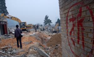 黑龙江鸡西一居民深夜遭强拆:门被从外面堵死,只能跳窗逃生