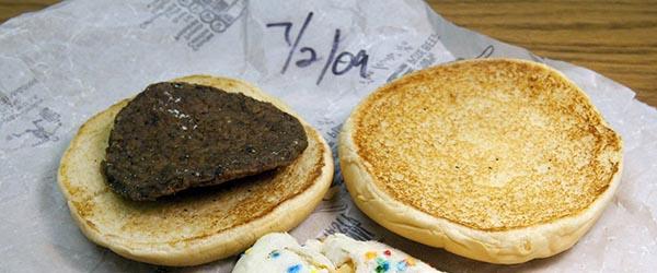 一美国报纸总编把麦当劳汉堡放抽屉,5年后没腐烂还有牛肉味
