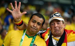 惨败后的巴西街头,巴迷拉着德迷说:一定要击败阿根廷