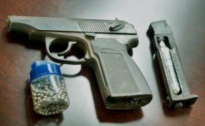 """办公室藏4把手枪数百铅弹,上海""""军迷""""网购仿真枪涉嫌犯罪"""