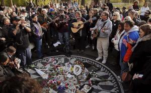 """当地时间2015年12月8日,纽约中央公园,前披头士乐队成员约翰·列侬的歌迷聚集在草莓地广场,在""""想象""""马赛克前歌唱列侬的歌以纪念列侬逝世35周年。"""