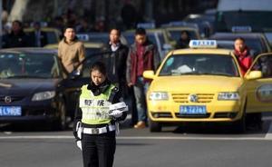 13日10时01分,南京拉响防空警报,路上的交警脱帽肃立默哀,一些车主也下车默哀。@侵华日军南京大屠杀遇难同胞纪念馆 图