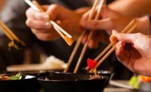 新华网批国人出游吃相:西餐厅点中式菜肴,自助餐食物摞成塔