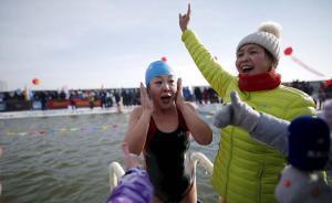 2016年1月5日,黑龙江省哈尔滨市,一位游泳女运动员游过冰冻的松花江。当天也是哈尔滨国际冰雪雕塑艺术节的正式启动的日子。