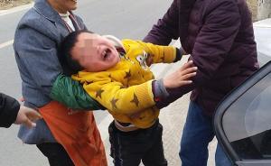 """2016年2月16日,40岁的植大姐是一个快递员,当天是她回成都准备上班的日子,7岁多的儿子吵着要跟母亲上成都,爷爷奶奶在一旁拉都拉不住,孩子试图向前拉住妈妈的手,嘴里一直说着""""你们不能这样对我""""。视觉中国 图"""