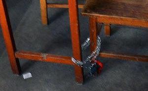 安徽合肥一高校考研学生为抢占图书馆座位用铁链锁桌椅