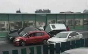 """早高峰上海高架发生多车事故,两车""""飞檐走壁""""爬上隔离墙"""