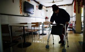 全国政协委员建议探索老人护理强制保险制度,由政府托底