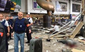 3月22日,比利时首都布鲁塞尔的机场和地铁站发生连环爆炸,机场发生2两次爆炸,机场至少有13人死亡。据一名旅客告诉新华社记者,爆炸发生后,所有旅客被要求在入境大厅的行李提取处等待。大约半小时后清场完毕,他走出入境大厅,看到满地都是血,大厅天花板全被震碎并掉下来。 东方IC 图