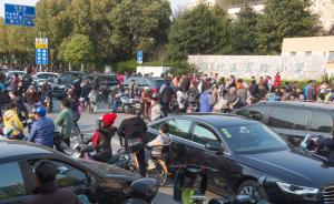 交通整治难点探访:中小学周边长时间拥堵,家长违法停车普遍