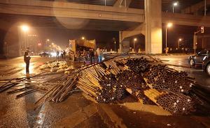 上海一货车侧翻钢管倾覆在面包车上2人死亡,1名民警受伤