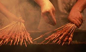 记者暗访烧烤摊,淋巴肉加香精冒充羊肉串