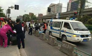 上海街头警民齐助孕妇顺产女婴:搭人墙遮挡,防弹背心当褥子