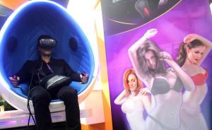 2016年4月14日,上海,中国国际成人保健及生殖健康展览会在上海跨国采购会展中心开幕,除常规成人用品外,各厂商还顺应高科技时代潮流推出VR虚拟现实性爱眼镜,引来不少观众试用体验。   东方IC 图