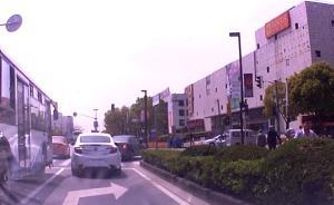 男子交通违法被警车喊话后,加速逃逸、蛇形倒车撞上警车