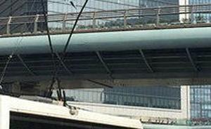 上海市中心天桥施工拆了电车线,一电车未察觉辫子翘起被卡住