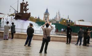 上海迪士尼小镇迎来首批游客,商铺尚未开张5月7日起试运营