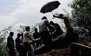 鲁甸地震头七祭:简单下葬的遇难者,多老人与孩童