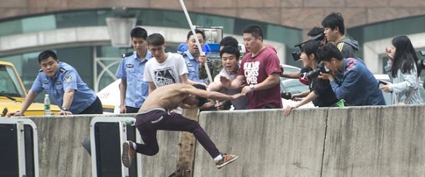 下午1点52分,男子纵身跃向立交桥。 视觉中国 图