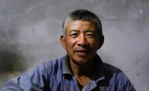 65岁的赵发亮,来自山东曹县。家里种了3亩地,一年收入3000块钱左右,因为老伴身体不好,他平时也不能出去打工,挖蒜的收入几乎等于他全年的收入。 澎湃新闻记者 权义 图