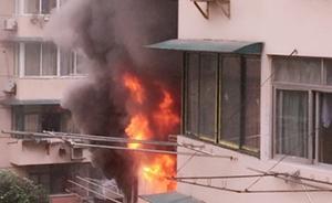上海一民居发生大火,疑因手机通过插座充电时爆炸引发