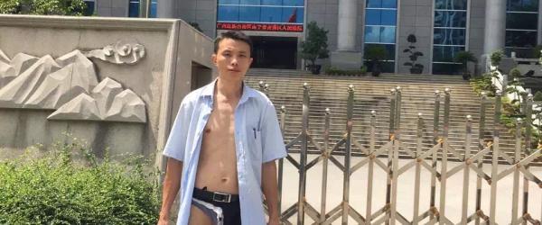 """广西律师称被法警打致""""半裸"""":律协表态调查,法院领导道歉"""