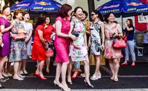 2016年6月7日早晨8点,四川成都九中高考考点,许多家长约好穿旗袍为子女加油打气,旗袍象征旗开得胜,希望子女考的好成绩。从教育部获悉,2016年全国高考报名考生共940万人,全国统一高考将于6月7日至8日进行,部分省(区、市)由于考试科目设置不同,9日仍安排有考试。  视觉中国 图