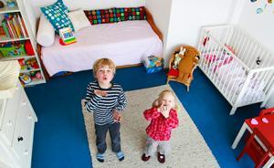 让兄弟姐妹共享一个卧室好还是不好?育儿专家们有不同意见