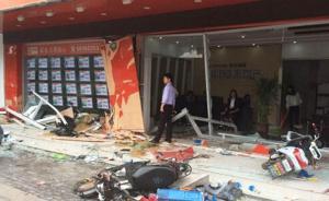 上海一公交车载客驶入上街沿,顶着小客车冲进店铺3人受伤