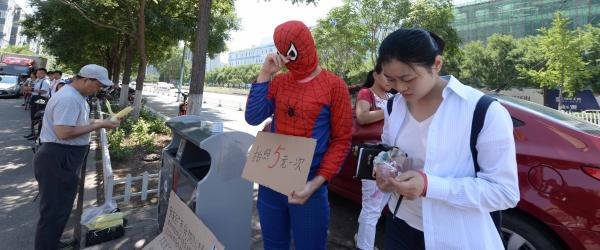 广西母亲扮蜘蛛侠为病儿筹钱没筹够,带孩子回家途中儿子去世