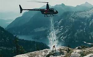 """真汉子这样玩""""冰桶挑战"""":站在高山上用直升机泼冰川水"""