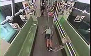 """""""老外在上海地铁晕倒无人助""""不属实,热心市民将其送回住处"""