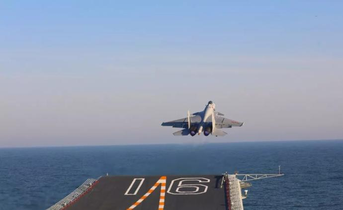 """来看歼-15舰载战斗机的""""伙伴加油"""",老哥,稳!"""