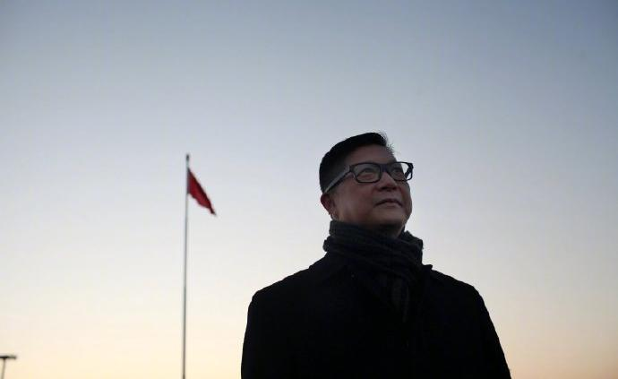視頻 香港警務處處長鄧炳強在天安門廣場觀看升旗儀式