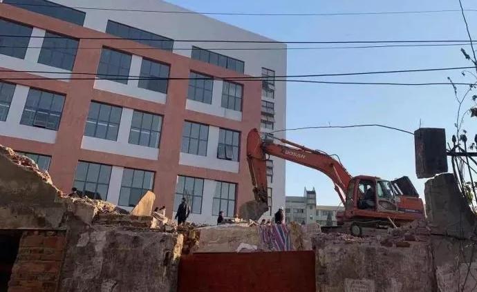 廣西柳州拆除廢棄民房時,一流浪漢被坍塌樓板砸中身亡