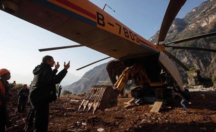 为打通大凉山最后的通村公路,四川路桥租直升机运送设备