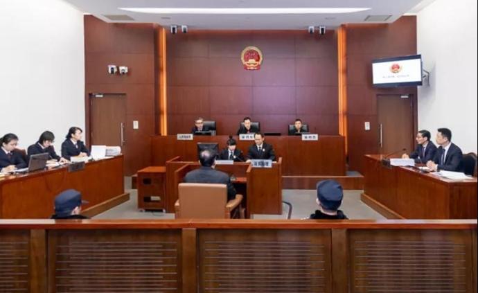 上海市松江区原副区长陈小锋受贿、滥用职权案一审开庭