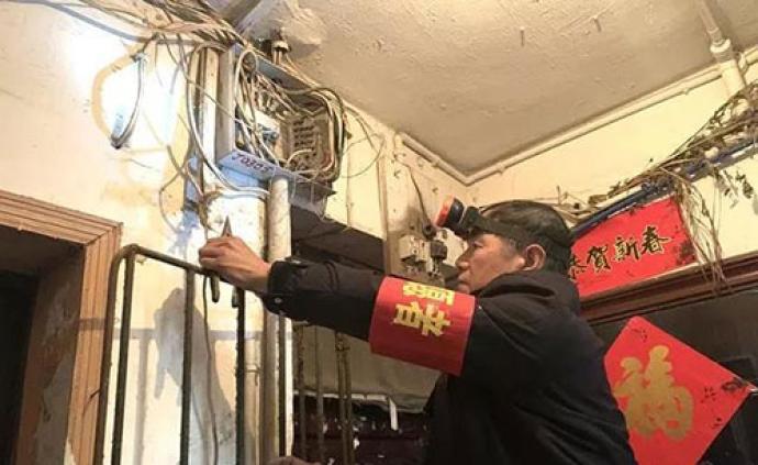 暖聞|長沙下崗職工為社區居民免費修樓道燈:一修就是十年