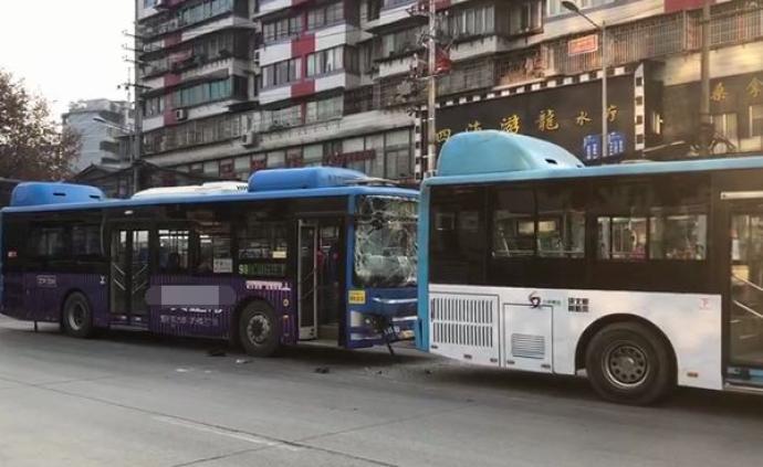 贵阳两公交车追尾8人受伤,前车司机:见电瓶车摔倒紧急刹车