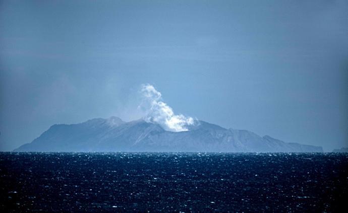 新西兰怀特岛火山震动加剧,或有6具遗体被火山灰覆盖