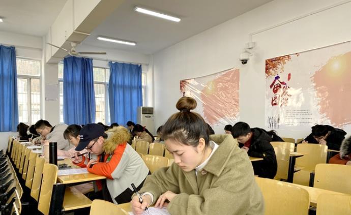"""高校開設""""誠信考場"""":126名學生參加,考場內無人監考"""