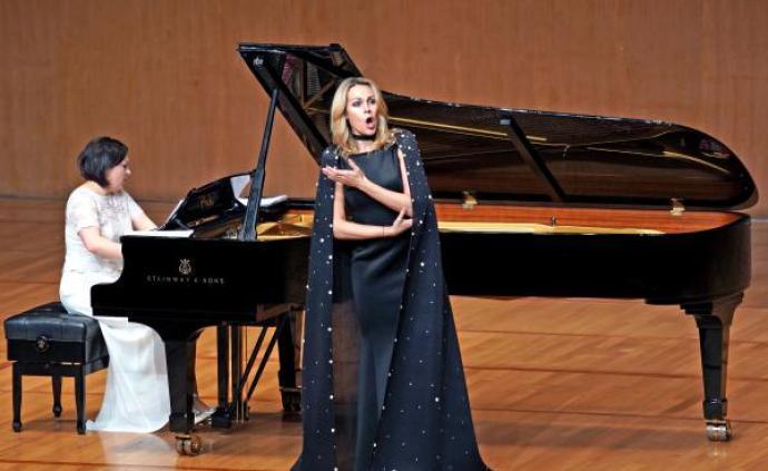 """""""當今樂壇的首席普契尼女高音""""奧博萊斯:她比想象中有趣"""