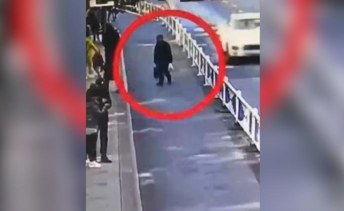 92岁老警察捡到内藏数万元物品挎包,按证件信息寻找到失主