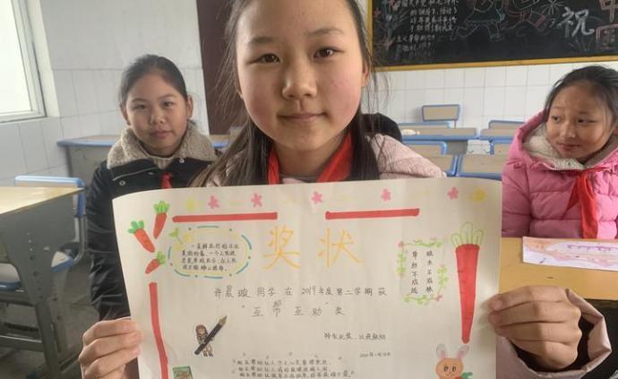 衢州一小学班级让学生自制自发奖状,讲出最大的进步或优点
