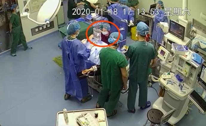 臍帶受壓或致胎兒死亡,年輕助產士手術臺下跪著完成生命托舉