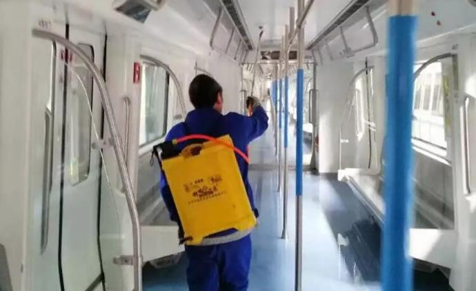 据1月21日武汉发布消息,为保障乘客安全乘车,遏制疫情扩散,武汉地铁运营公司持续加强轨道交通公共场所卫生及防控措施,重点做好消毒、通风等环节工作。图为工作人员在地铁上喷洒消毒液。  @武汉发布 图
