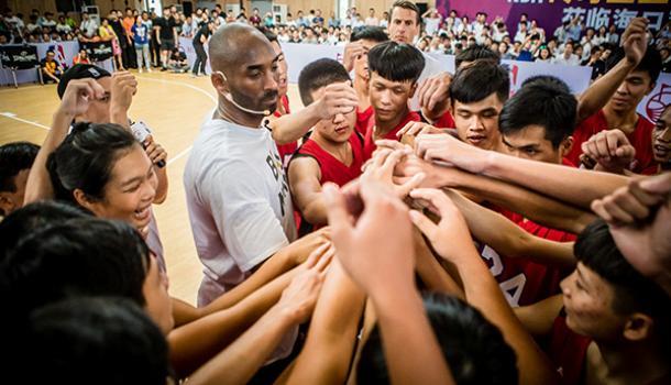 紀念|科比的中國往事:單挑輸給高中生,他要求再打一次